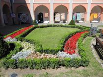 V městské zeleni se květinám v záhonech a mobilních nádobách daří a jsou v plném květu.